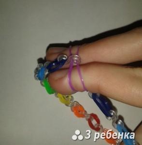 браслет из резинок на пальцах